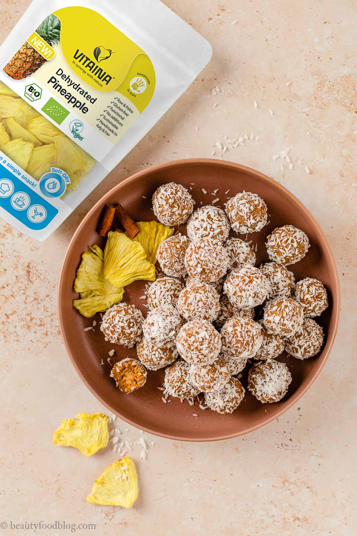 come fare le energy balls alle carote senza glutine senza zuccheri aggiunti how to make no-bake nut-free vegan carrot cake bites with pineapple