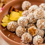 healthy no-bake nut-free vegan carrot cake bites recipe ricetta energy balls alle carote senza zuccheri aggiunti merenda sana