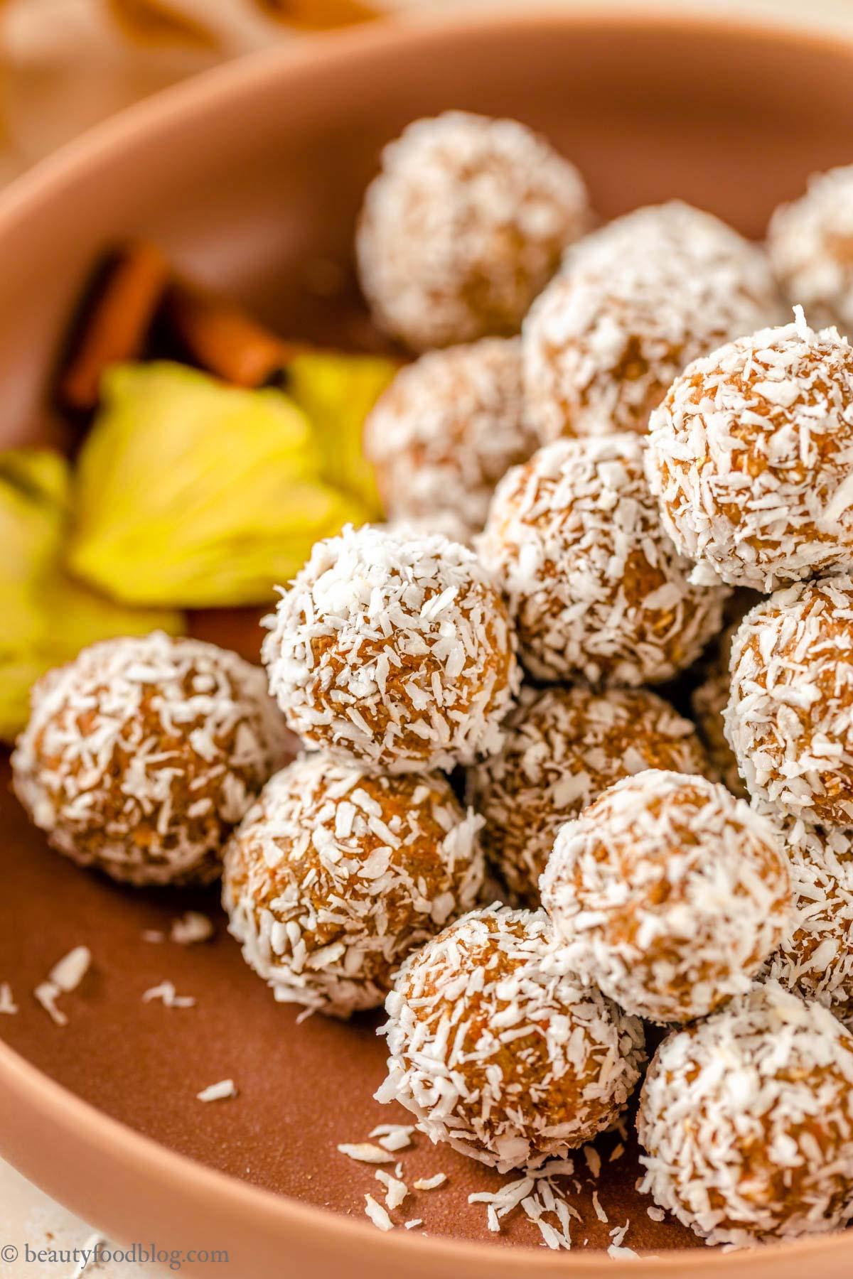 healthy no-bake nut-free vegan carrot cake bites with coconut recipe ricetta energy balls alle carote senza frutta secca senza zuccheri aggiunti merenda sana