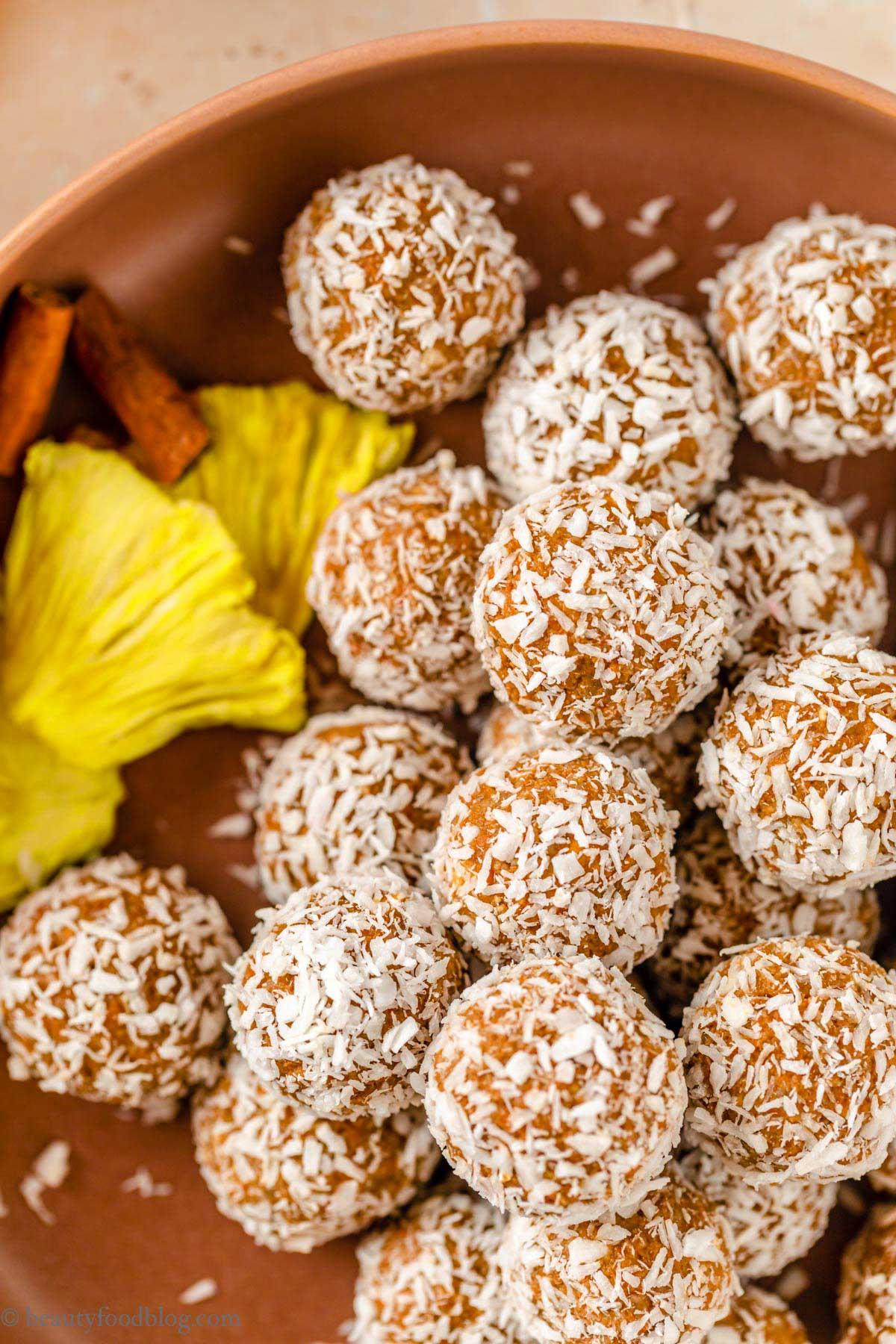 healthy vegan carrot cake bites recipe ricetta energy balls alle carote senza frutta secca senza zuccheri aggiunti merenda sana