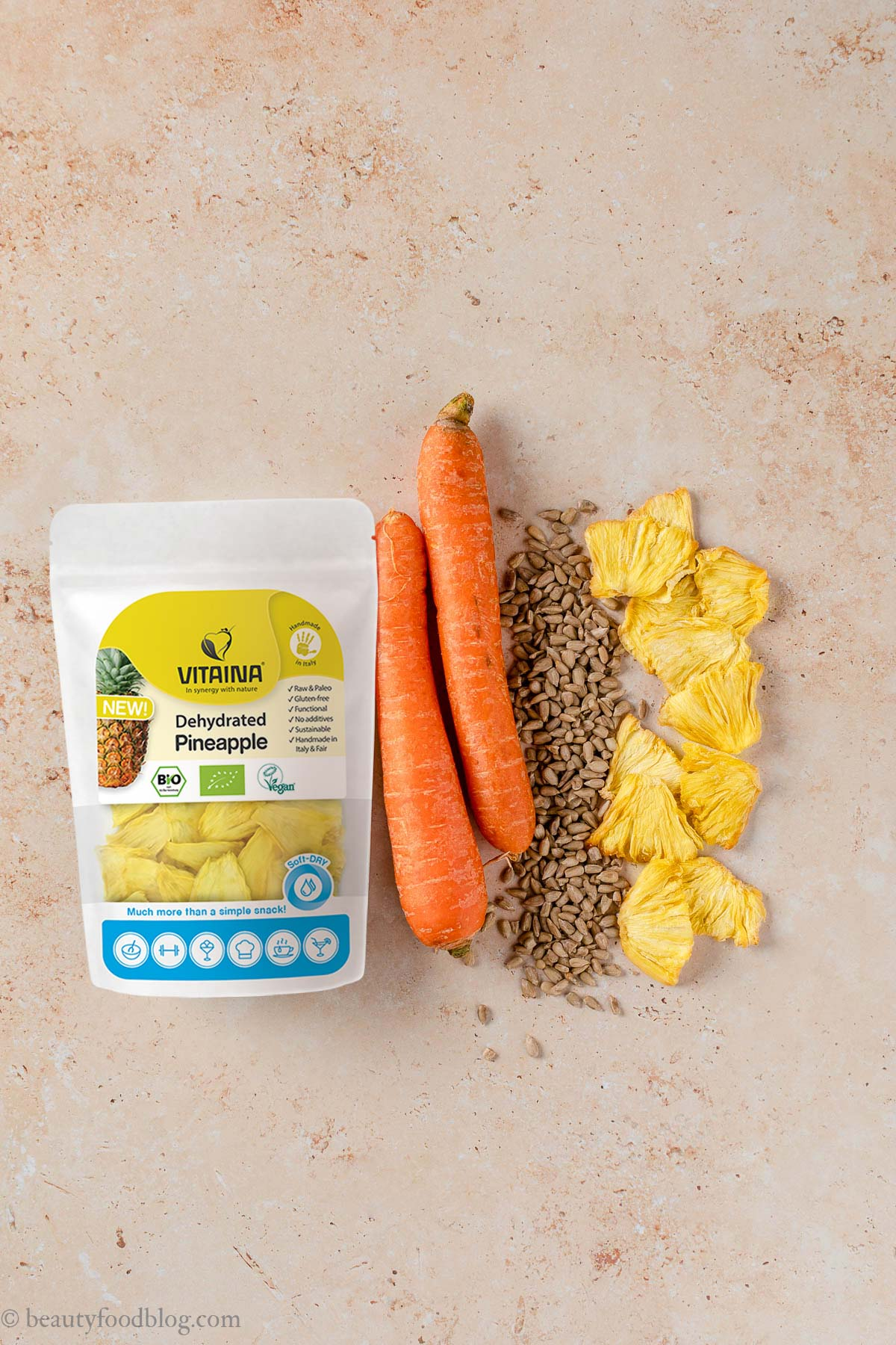 ricetta energy balls alle carote senza frutta secca senza zuccheri aggiunti no-bake nut-free vegan carrot cake bites bliss balls recipe Vitaina