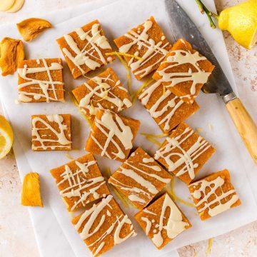 tagliere con barrette energetiche alle albicocche e mandorle senza zucchero plate with apricot almond energy bars sugar-free with mango