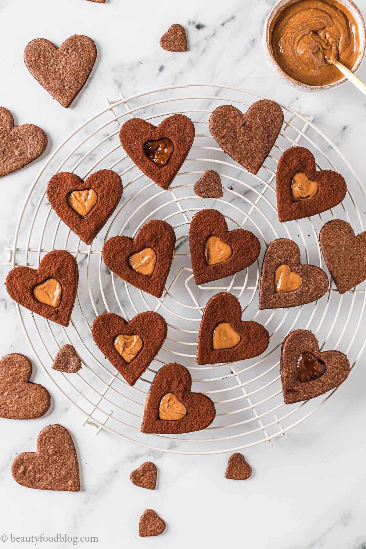 Ricetta Frollini vegani senza glutine al cacao biscotti gluten-free vegan chocolate almond Linzer cookies recipe