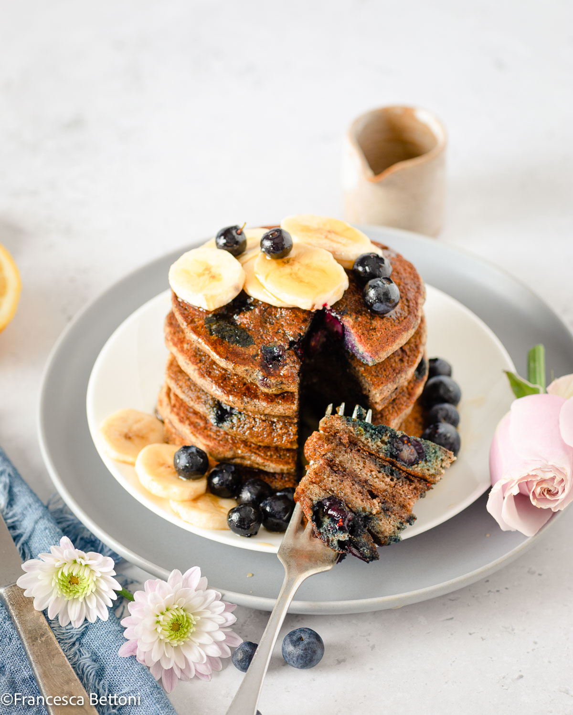 colazione con PANCAKES BANANA e MIRTILLI VEGAN SENZA GLIUTINE gluten-free Vegan Banana Blueberry Pancakes for breakfast