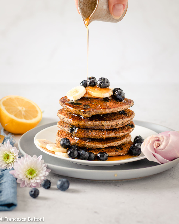 gluten-free Vegan Banana Blueberry Pancakes recipe with buckwheat ricetta PANCAKES BANANA e MIRTILLI SENZA GLIUTINE senza uova con grano saraceno