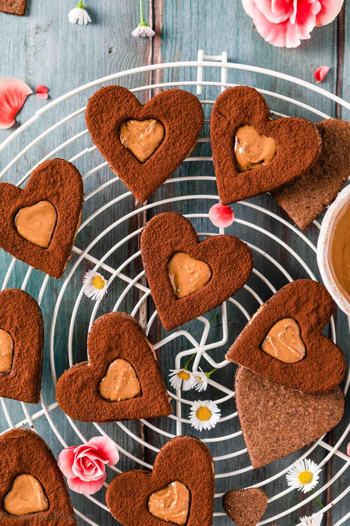 ricetta Frollini vegani senza glutine al cacao e caffè gluten-free vegan chocolate almond Linzer cookies valentines day