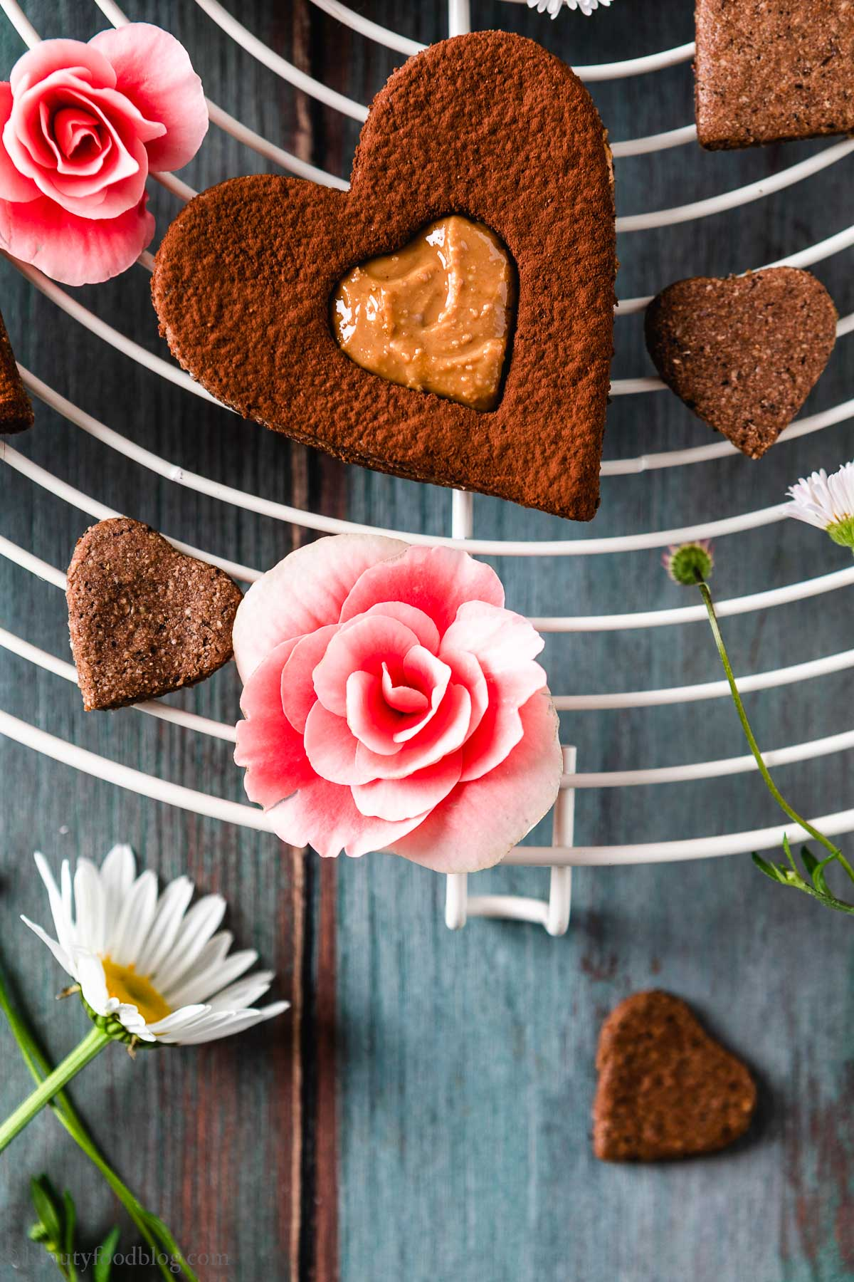 ricetta Frollini vegani senza glutine al cacao gluten-free vegan chocolate almond Linzer cookies valentines day
