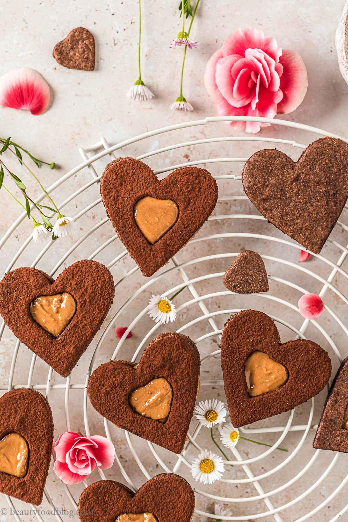 ricetta biscotti frollini vegani senza glutine al cacao e caffè gluten-free vegan chocolate almond Linzer cookies festa della mamma
