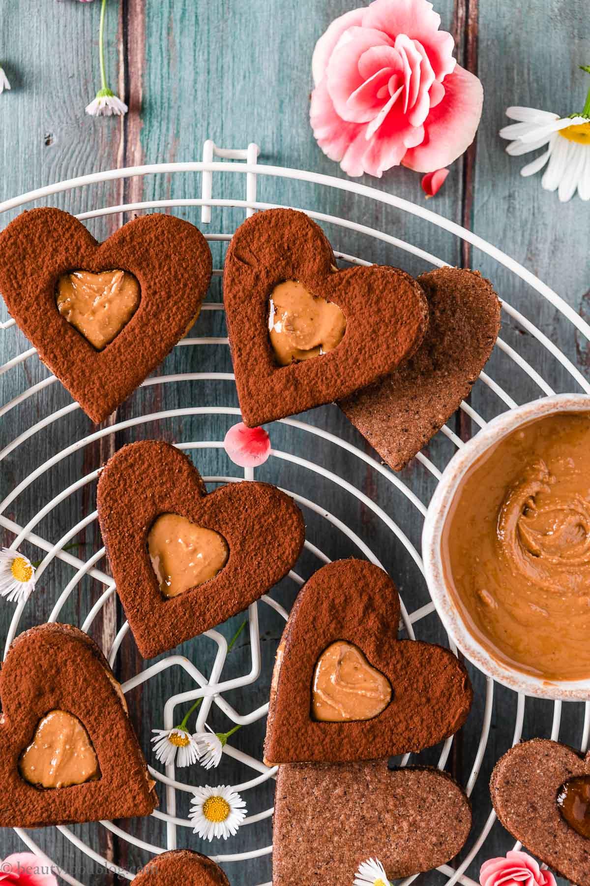 ricetta biscotti frollini vegani senza glutine al cacao gluten-free vegan chocolate almond Linzer cookies recipe